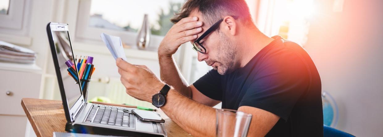 Een man leest een brief en dat geeft hem een ongerust gevoel