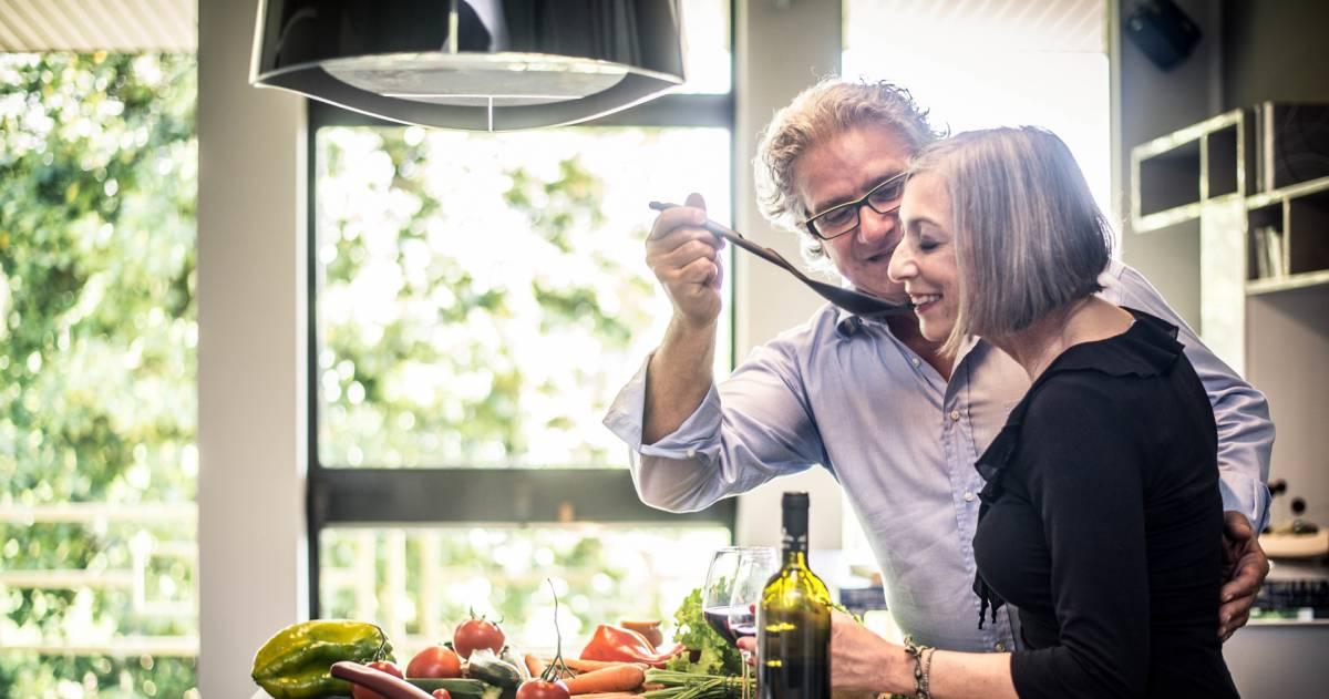 Oudere man en vrouw in de keuken